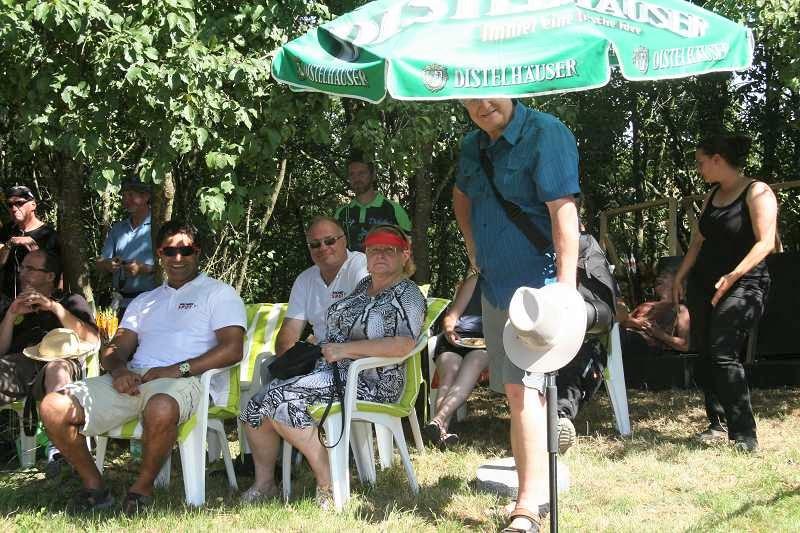 Während die Sportler in praller Sonne die letzten Duelle ausfechten, sitzt das Publikum genussvoll im Schatten